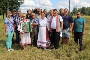 Небольшой концерт для занятых на уборочой механизаторов ОАО «Ельня-Агро» подготовили культработники