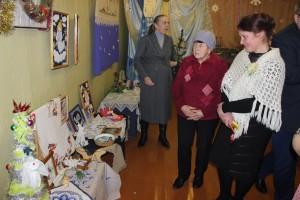 Выставка новогодних композиций «Свет рождественской звезды» проходит в районном Центре ремесел