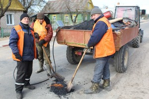Работники УКП ЖКХ проводят ямочный ремонт дорог в городском поселке