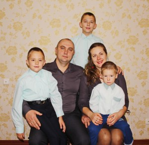 Святлана і Дзмітрый Тарарака разам з сынамі Паўлам, Дзянісам і Мацвеем — шчаслівая сям'я
